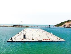 6萬噸沉管橫移百米至深塢區