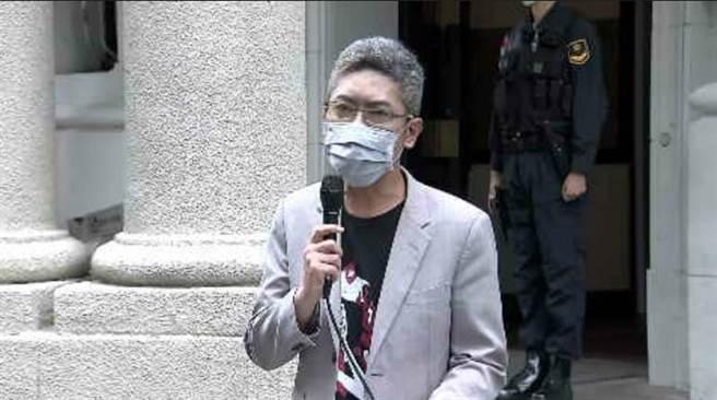 總統府發言人丁允恭穿焚燒國旗T恤受訪。(取自黃健豪臉書)