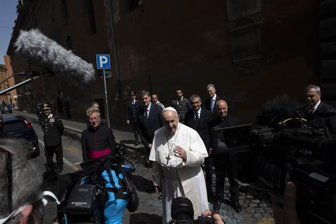 義大利媒體20日報導,教廷與義國政府正秘密安排教宗方濟各(中間著白衣者)訪問大陸,首站就是全球最早傳出新冠疫情的武漢。(美聯)