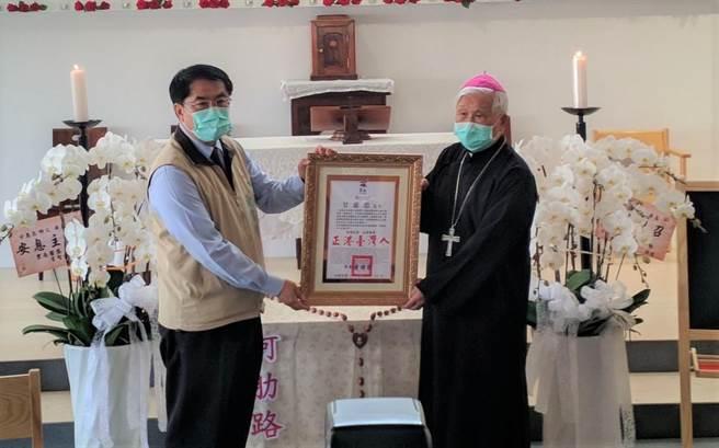 將大半輩子奉獻給台灣早療教育的甘惠忠神父不幸於日前離世,20日由甘神父曾經服務及創辦的機構同仁舉行追思彌撒,台南市長黃偉哲(左)到場頒發卓越市民表揚狀。(莊曜聰攝)