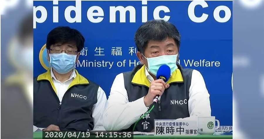 中央流行疫情指揮中心監測組長周志浩(左),日前在記者會中不小心打瞌睡。(圖/擷自衛福部疾管署YouTube)
