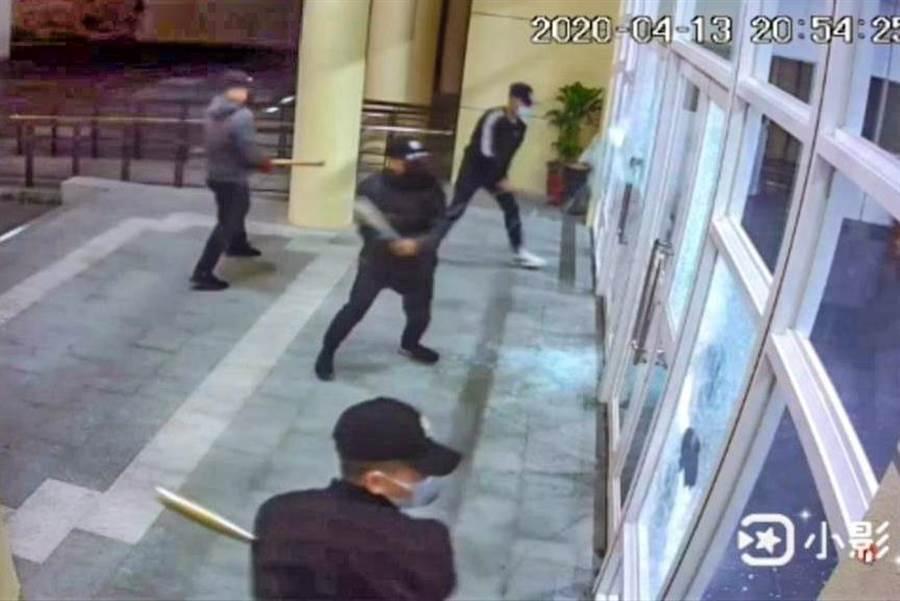 竹東生命禮儀館遭4名黑衣人砸毀大廳門窗玻璃,竟是自導自演戲碼。(業者提供/羅浚濱新竹傳真)