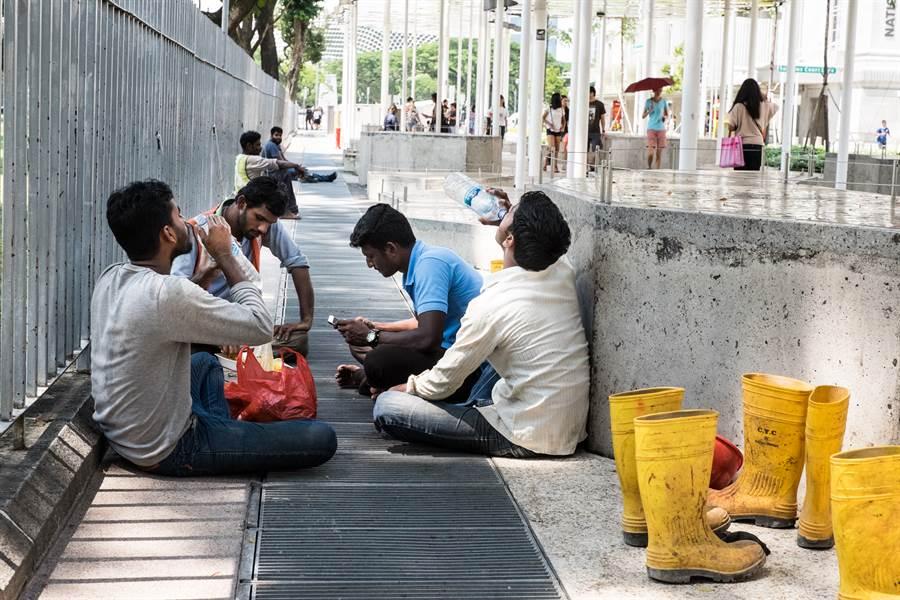 新加坡移工淪未爆彈 肺炎確診暴增22倍(圖為新坡移工/達志影像)