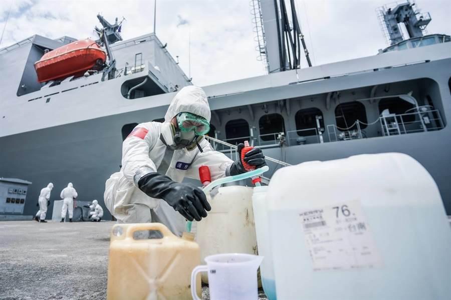 陸軍39化兵群為海軍磐石軍艦消毒。國防部提供