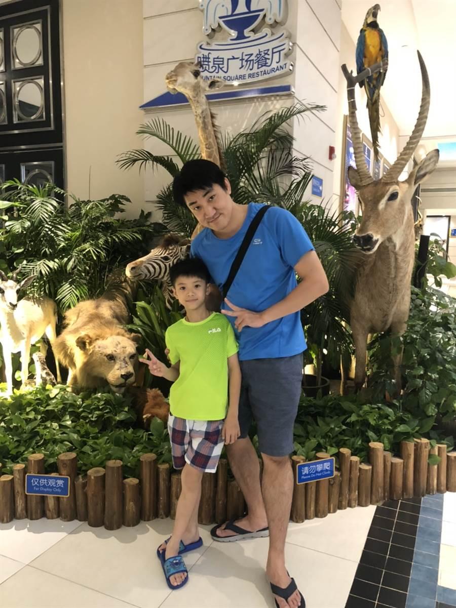 原以為房仲工時高,但永慶房屋有「彈性工作8小時」及高薪獎制度,蘇順成每天都有與家人甜蜜相處的時間;每年都會帶家人出國玩。圖為蘇順成與小孩在珠海「長榮海洋公園」的合照。