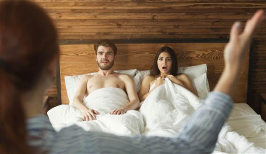 人妻某日回家赫然發現床下有不是自己的紅色內褲,且木製雙人床的床桿還斷裂掉落,驚覺老公出軌。(示意圖/shutterstock)