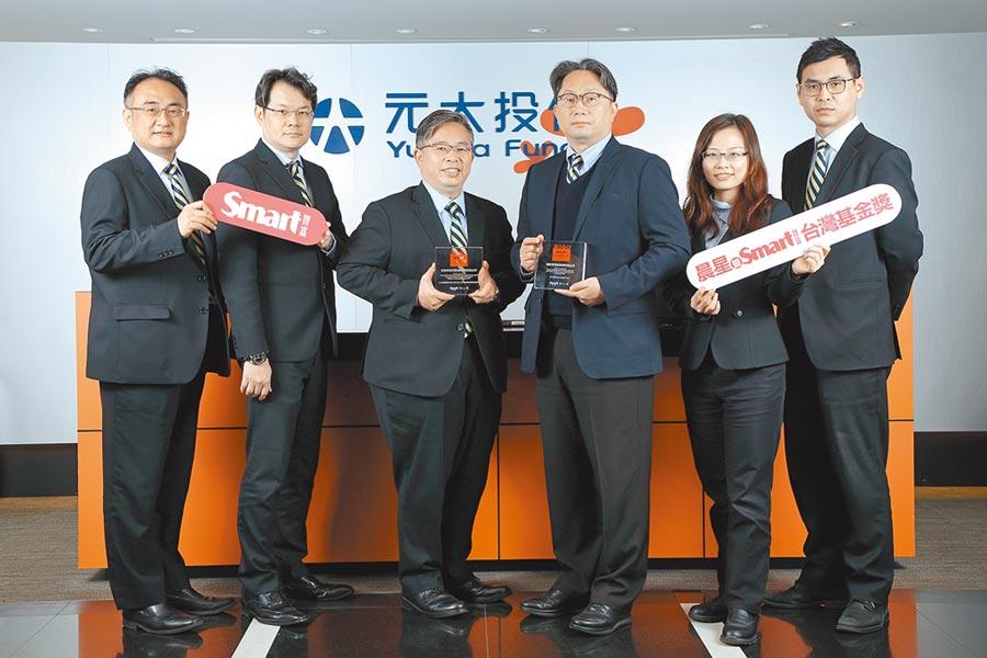 元大投信榮獲Smart智富台灣基金獎2項大獎,由董事長劉宗聖(右三)暨投資團隊代表授獎。圖/公司提供