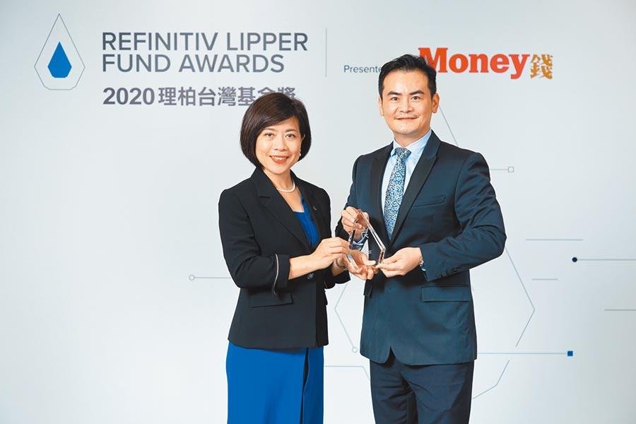 瑞銀中國精選股票基金產品經理張婉珍(左)代表領獎。圖/公司提供