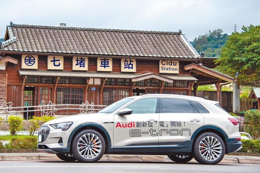 Audi首款電動車e-tron 55 quattro,車格介於現行Q5與Q7之間,並且有著相同的設計語彙。(陳大任攝)