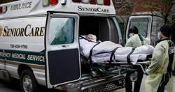 紐約屍袋少到改用被單 運屍工掀袋驚:死者口還插著管、屍糞水滲出…