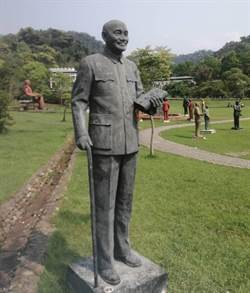 黎明辦公區蔣公銅像 日前移至大溪慈湖紀念雕塑公園