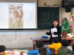 培養英語學習興趣 僑育國小校長說故事