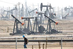 需求疲軟 油價崩跌逾37%