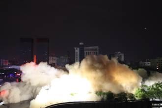 地震?上海爛尾樓深夜爆破 15秒變平地