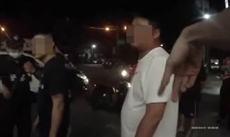 超商購物2男互看神展開 兩派人「親密肢體接觸」