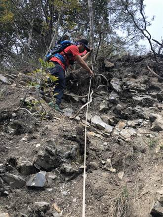 登山急先鋒墜崖30米 玉山消防分隊緊急救援