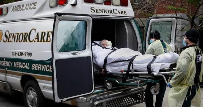美國紐約疫情嚴峻,除了醫療物資缺乏,連裝載遺體的屍袋都不夠用。(圖/美聯社)