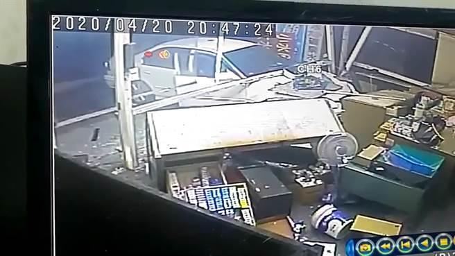 曾男駕駛的白色自小客車直直撞進彰化市中華西路與中央路口的檳榔攤。所幸店內檳榔西施幸運跳開躲過一劫。(摘自「彰化踢爆網」/謝瓊雲彰化傳真)