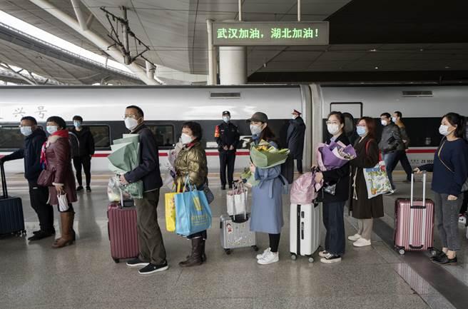 新冠病毒疫情最嚴重的武漢市因疫情趨緩,已確定於4月22日全線恢復城市公共交通與軌道交通。圖為稍早前恢復的省際高速鐵路,民眾排隊準備上車。(圖/新華社)