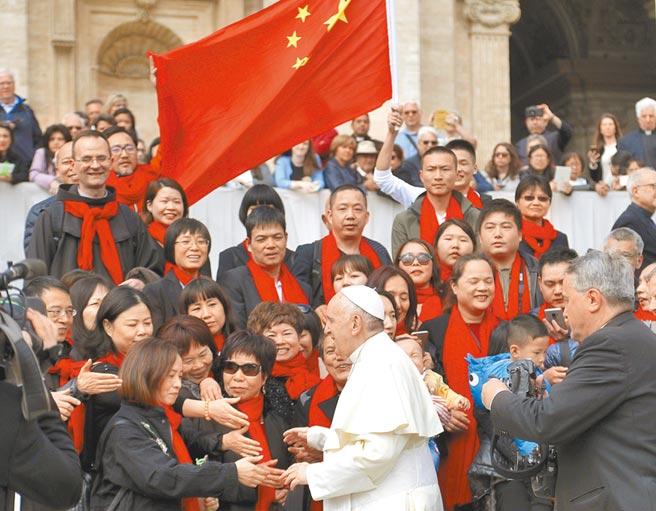 新冠肺炎襲捲全球之際,教宗可能訪問大陸武漢的消息,正意味著另一股從梵蒂岡吹來的「政治宗教風暴」可能正在形成。圖為教宗2018年4月於梵蒂岡的聖彼得廣場,與來自大陸的信徒們見面情形。(美聯社)
