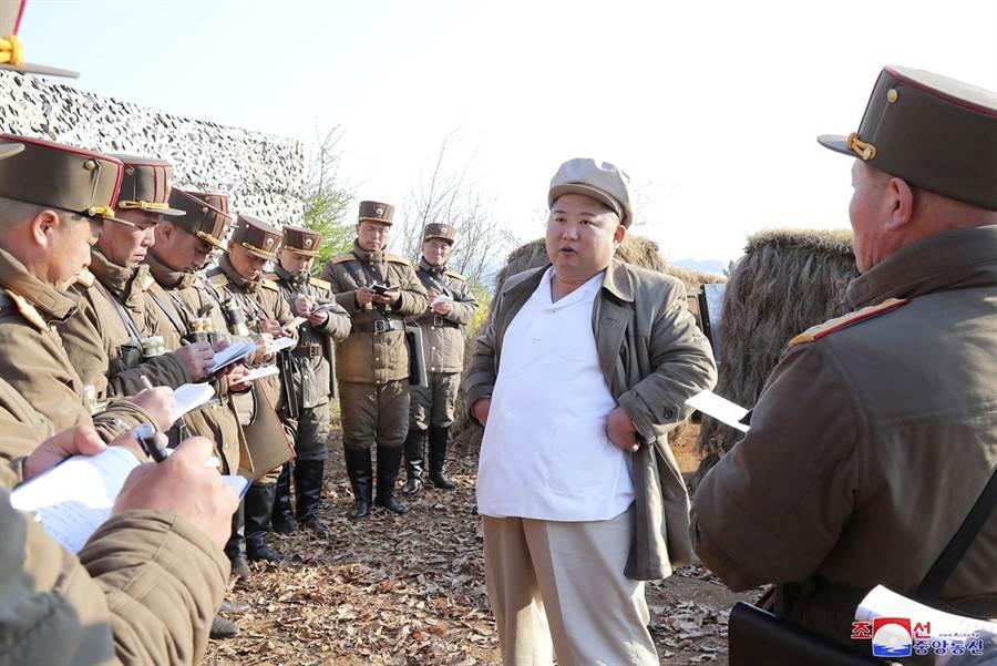 北韓最高領導人金正恩21日傳出進行心臟手術後病危,不過南韓官方隨即打臉,沒有任何跡象顯示金正恩身體出現異狀。(資料照/美聯社、北韓官媒朝中社)