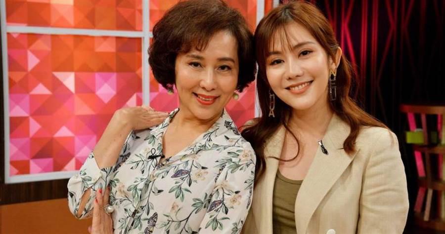 王宇婕(右)遭媽媽蕭瑤(左)爆料,曾發生過追車想理論,下車忘記打P檔車子竟滑行的超糗事。(圖/衛視中文台提供)