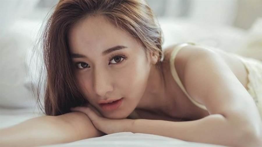 23歲的泰國正妹PICHANA YOOSUK臉蛋姣好、身材惹火。(圖/IG@mookpichana)