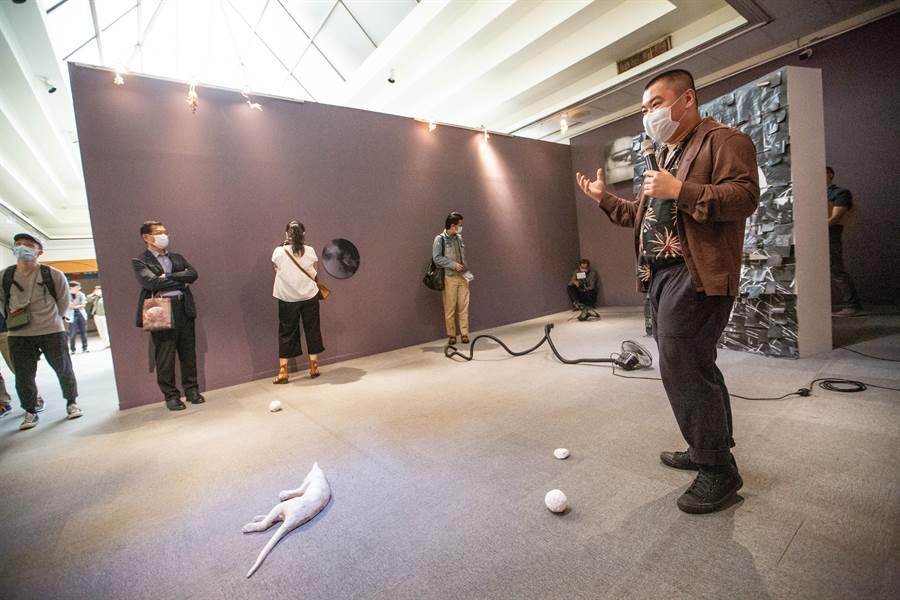 高雄市立美術館21日替「2020高雄獎」年輕藝術家媒合全台具指標性的畫廊或收藏家,藝術家把握機會、介紹自己的作品及創作裡面,吸引畫廊及收藏家的注意。(袁庭堯攝)