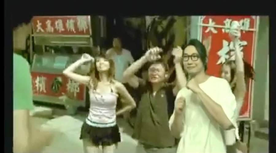 貝斯手方Q(右)把自己後製亂入11年前MV。(相信音樂提供)