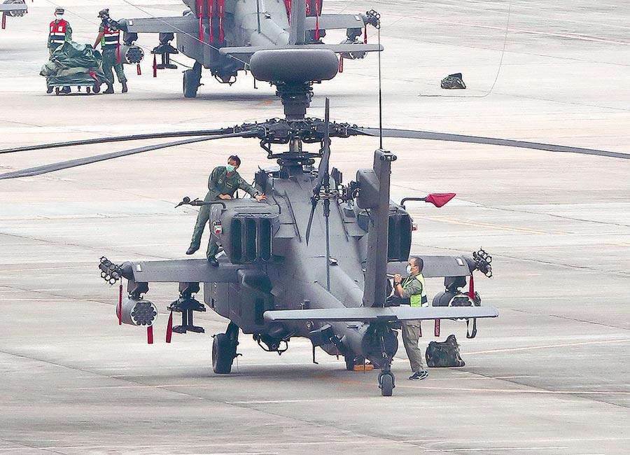 鑒於疫情出現感染源不明,國家政策研究基金會研究員揭仲籲軍方主戰兵力如潛艦、驅逐艦、防空飛彈部隊、反潛機部隊應分階段普篩,以免疫情爆發應變不及。圖為陸軍飛官正保養戰鬥直升機。(陳怡誠攝)