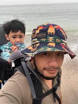 張震嶽樂當奶爸背1歲兒爬山看海自虧:腰會痠