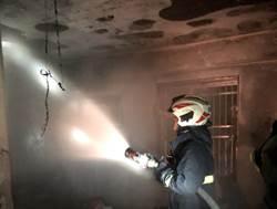驚險瞬間》大火追來媽媽帶5歲兒衝陽台 消防員搭起救生梯…