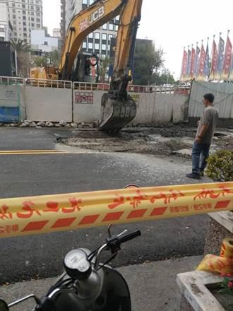 建商施工導致路面塌陷 高雄工務局緊急搶救