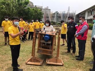 蘭潭國中仿生機器人奪冠 黃敏惠送電動機具加油