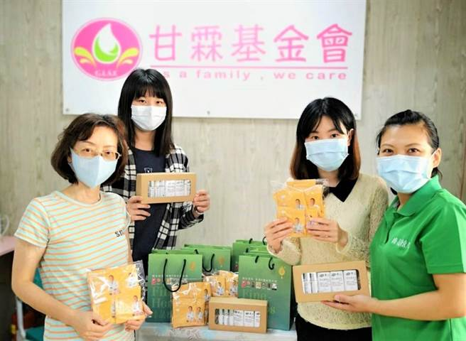 甘霖基金會受疫情影響捐款驟減,與廠商推出防疫產品義賣,幫邊緣戶長輩籌募送餐經費。(盧金足攝)