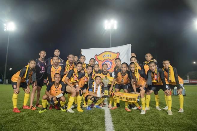 位於台南市北門區的國立北門高中是傳統足球名校,這次在全國高中足球聯賽中力退勁敵花蓮高農,拿下睽違6年的冠軍,球員們都相當開心。(國立北門高中提供/莊曜聰台南傳真)