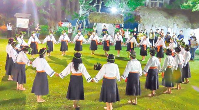 台南市西拉雅族北頭洋阿立祖夜祭登場,正值新冠疫情期間,儀式全程戴口罩,跳牽曲時也不例外。(莊曜聰攝)