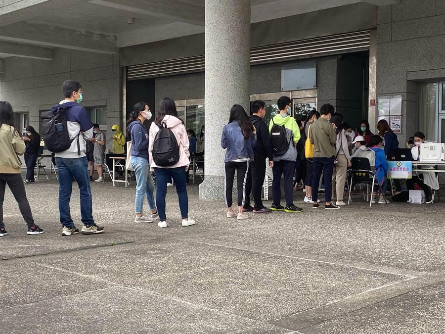 一百多名學生返校等待上X光車拍肺部X片。(讀者提供/王志偉花蓮傳真)