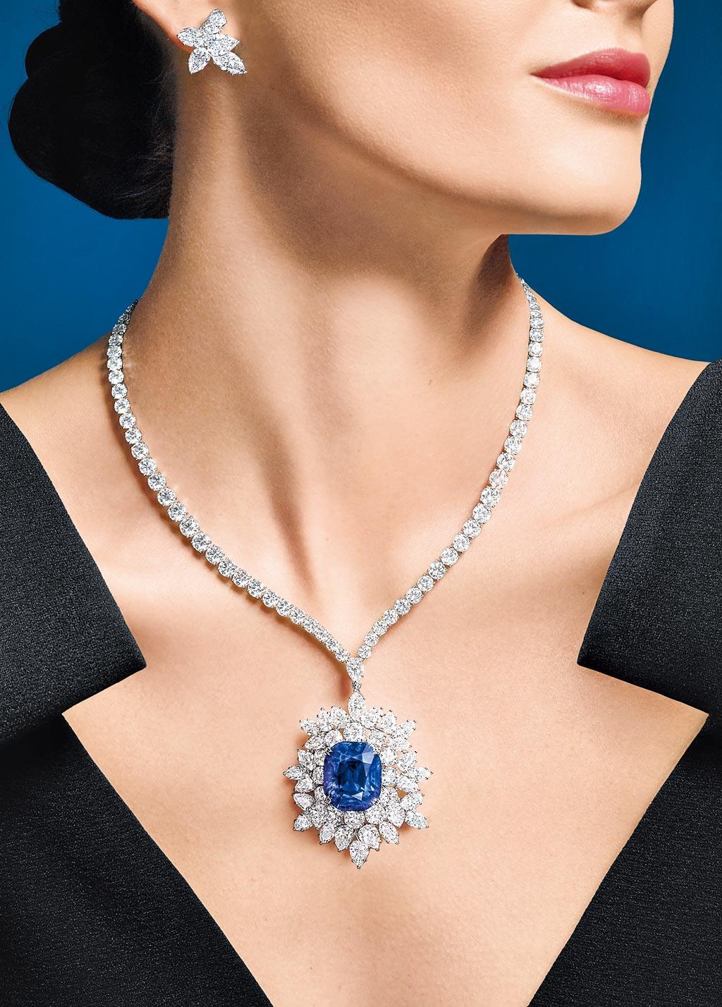 海瑞溫斯頓珠寶登台,碩大美鑽寶石閃爆眾人眼睛,圖為藍寶石項鍊,主石為31.13克拉藍寶石,約9200萬。(Harry Winston提供)