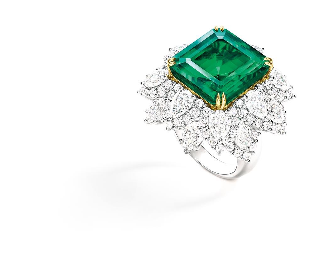 海瑞溫斯頓珠寶登台,其中最受矚目的莫過於重達18.03克拉的洛克菲勒溫斯頓祖母綠戒指,為系出名門之作,約4.8億元。(Harry Winston提供)