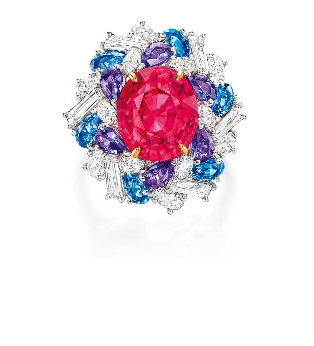 海瑞溫斯頓Winston Candy 系列紅色尖晶石搭配藍紫色藍寶石戒指,約667萬元。(Harry Winston提供)