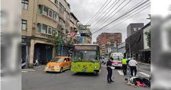 公車司機貪快闖紅燈撞女騎士 網友譏諷:299又闖禍了
