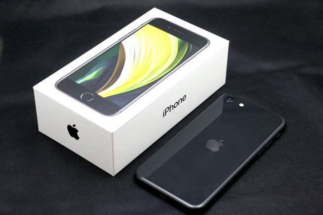 新iPhone SE與包裝盒。(黃慧雯攝)