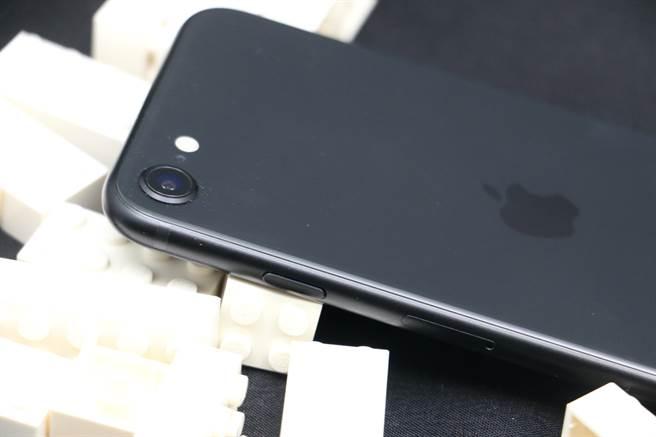 新iPhone SE機身細部照片(右側)。(黃慧雯攝)
