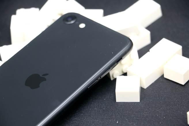 新iPhone SE機身細部照片(左側)。(黃慧雯攝)