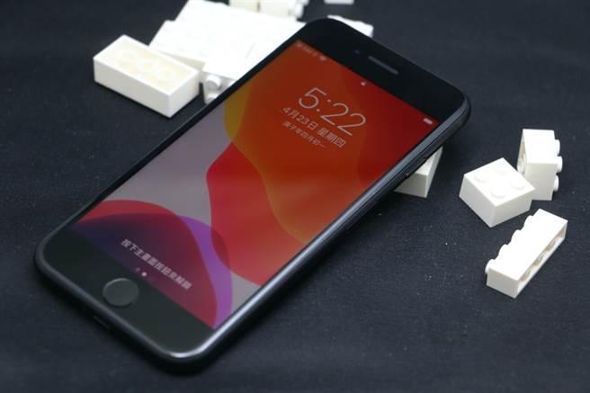 新iPhone SE黑色。(黃慧雯攝)