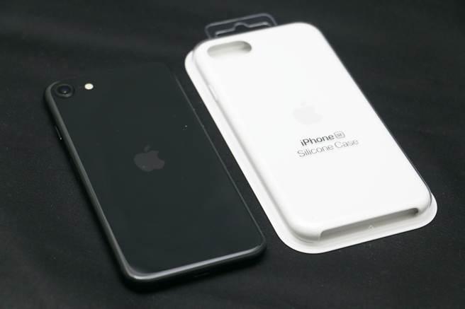 新iPhone SE與專屬矽膠保護殼(蘋果官網已上架)。(黃慧雯攝)