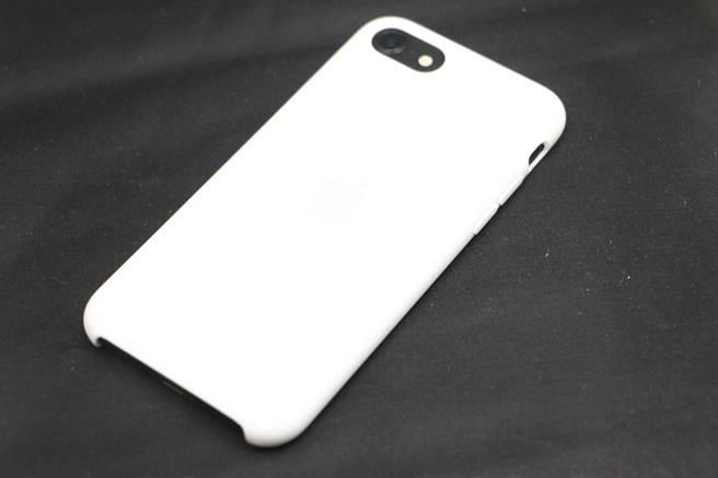 新iPhone SE裝上矽膠保護殼。(黃慧雯攝)