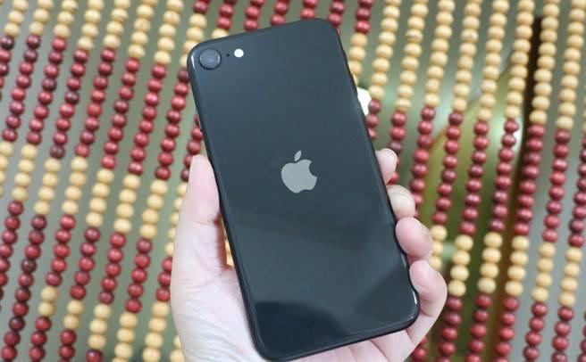 新iPhone SE 4.7吋螢幕相當適合單手用!喜歡小iPhone的你怎能錯過!(黃慧雯攝)