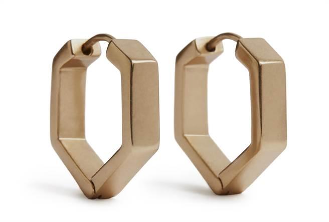 AllSaints 六角形造型圈式耳環,1800元。(AllSaints提供)